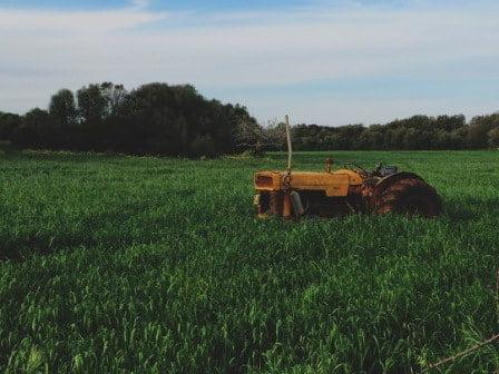 tractor abandonado en la naturaleza
