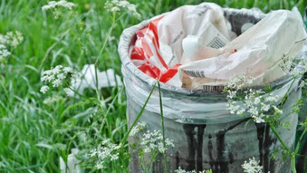 basura entre flores
