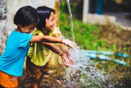 niños jugando con el agua